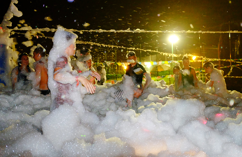 Bubble party for children. The best parties and activities for children next to the beach