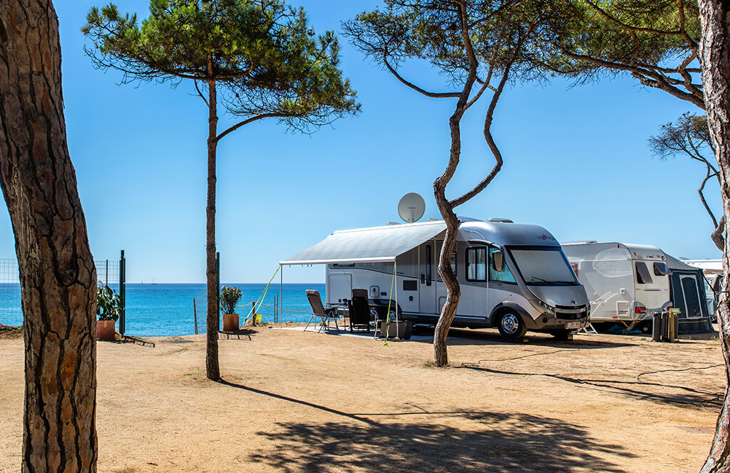 Campsite pitches by the sea and the beach of the Costa Brava.