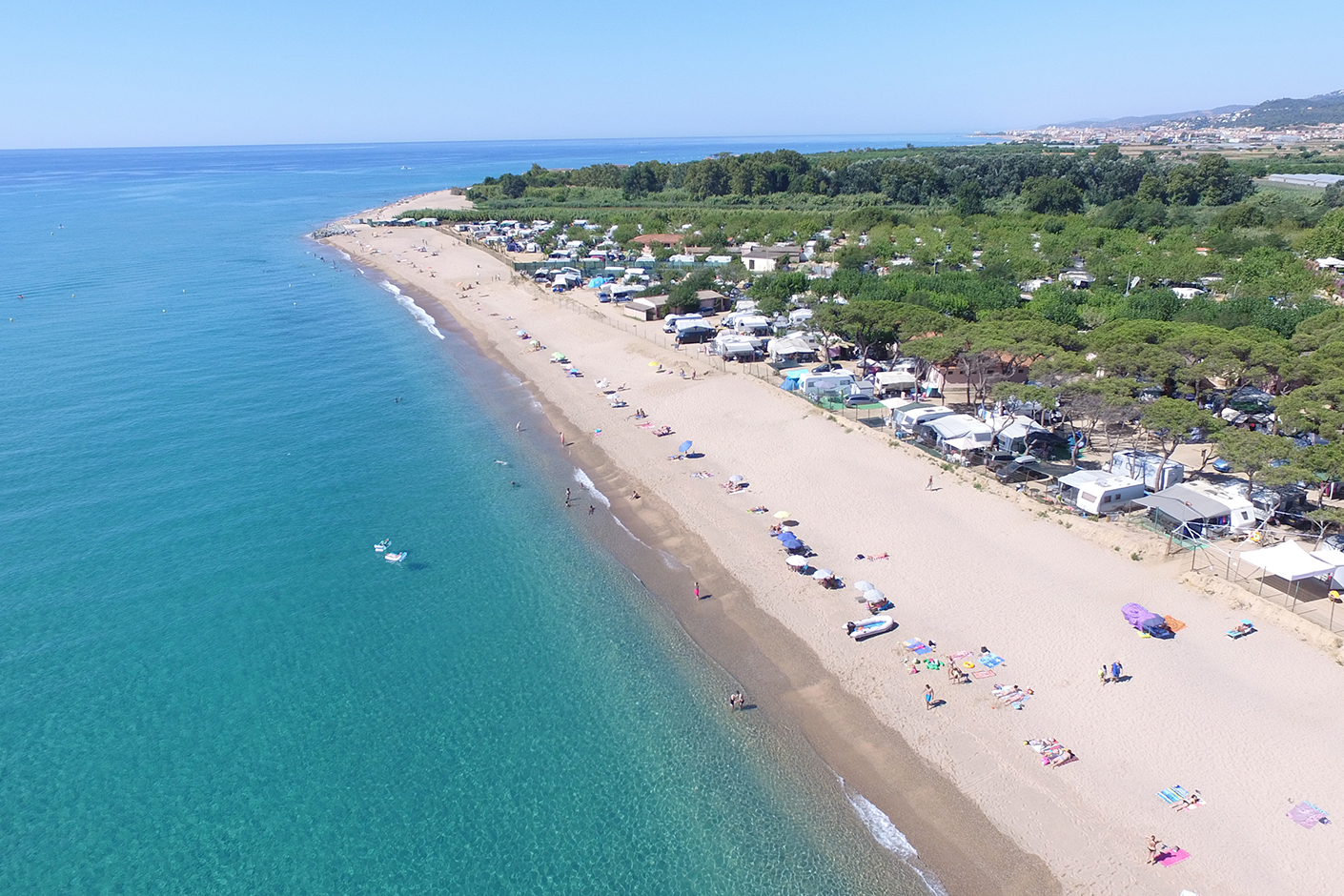 Campsite pitches next to the beach. Perfect for the whole family, with water and electricity supply measuring between 80m2 and 100m2